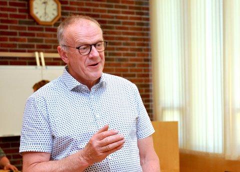 FOR ENKELT: Ordførar Bjørn Laugaland vil ikkje finna seg i at fylkeskommunen føreslår ei «hermetisk lukking» av Randøy i staden for å utbetra vegen.