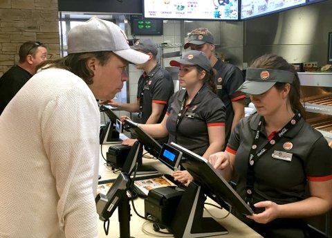 FØRST: Runar Charls Ediem var førstemann i køen da Burger King på myren i Skien prøveåpnet tirsdag formiddag. Foto: Per B. Johansen.