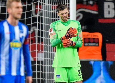 UTSPILT: Rune Jarstein kunne lite gjøre med den historiske scoringen etter at ballen gikk under muren, via to Hertha-spillere og i mål. (AP Photo/Martin Meissner)