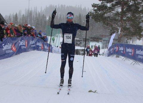 FØRSTEMANN I MÅL: Henrik Dønnnestad fra Gulset/Team Telemark var klart raskeste løper i det 42 kilometer lange Helterennet. Han vant med over to minutter på Eirik Asdøl fra Asker skiklubb. Foto: Terje Bakke