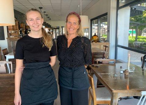 ÅPEN: Elisabeth Ryste er en av de nyansatte på Kafé Elvebredden i Porsgrunn. - Vi manner oss opp til storinnrykk, sier Eunike Kristoffersen.