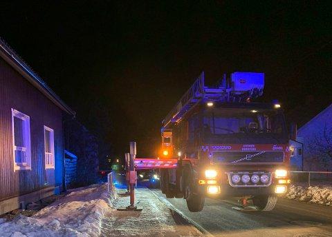 RASKT PÅ STEDET: To brannbiler og politi rykket ut til pipebrannen.