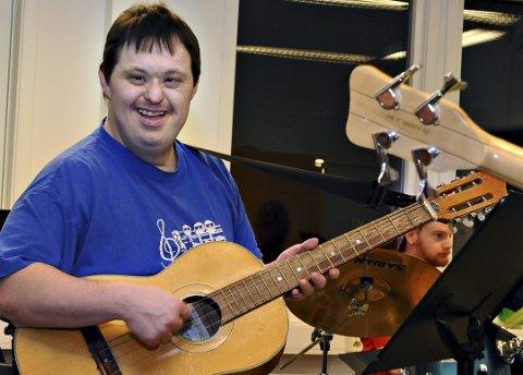 I MIDTEN: Leif Olav Nekstad er en av flere gitarister i Tirsdagskameratene. Han trives best i midten av gruppa, og alltid med nystemt gitar.