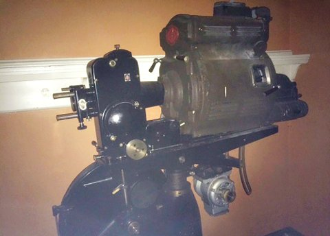 Den gamle kinomaskinen står i nedlagte Langveien ungdomsskole.
