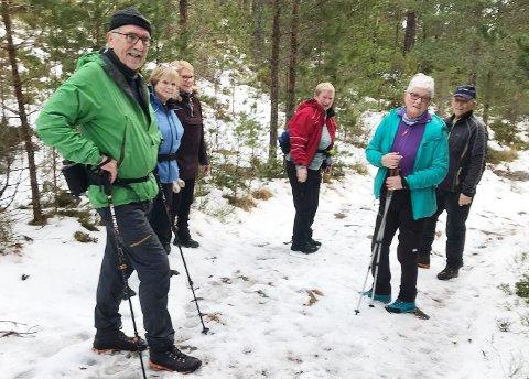 Helge Maur (fra venstre), Ruth M. Johannessen, Ann K. Flatsetøy, Eli Myrseth, Åshild Gundersen og Kjell Sandvoll er faste turgåere på Orsætra.