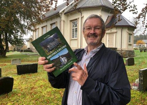 BOK: Bernt Bøe har på oppdrag fra Øye og Ranes sokneråd skrevet historien om de to kirkene i nedre Surnadal.