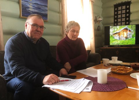 BELASTNING: Hugo Pedersen og Jorunn Fiske Pedersen sier at saken om skogsbu og påbygg av uthus på deres eiendom i Svartåmoen naturreservat, er belastende. De mener at endret bruk og påbygg er i strid med betingelsene som ble satt i byggetillatelsen i 1986.
