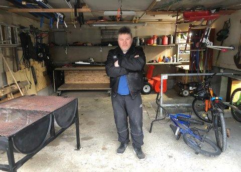 IKKE TIL BIL: Det er sjeldent plass til bil i garasjen til Stian Faksnes. Garasjen fungerer som hobbyrom og plass til utstyr til både hus og hjem, bil og hobby.