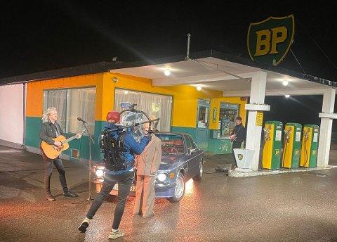 OPPTAK: Her ser vi Aslag Haugen fra Hellbillies og Emma Steinbakken under opptak ved den ikoniske BP-stasjonen.