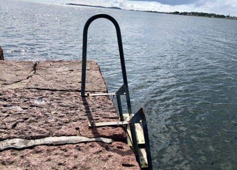 REAGERER: – Den ødelagte badetrappen på Ringshaug er det lett å skade seg på, varsler Hans Olaf Marthinsen.