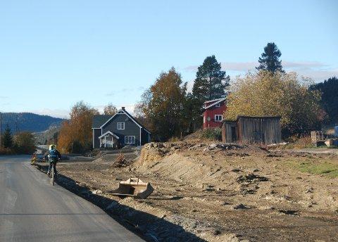 Sykkelveg neste sommar: Huset som stod på haugen i framgrunnen vart rive tysdag, også det grå bustadhuset bak må vike.