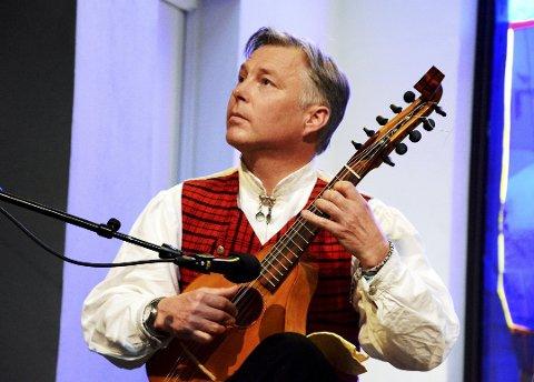 Tom Willy Rustad får prisen under festmiddagen på representantskapsmøte for Rådet for folkemusikk og folkedans, onsdag 14. mars i Oslo.