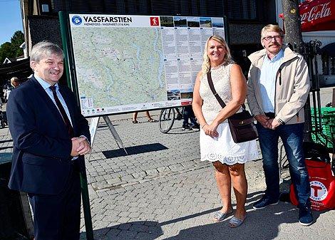 Ordfører i Sør-Aurdal, Kåre Helland, var med og avduket en informasjonstavle i Hønefoss.