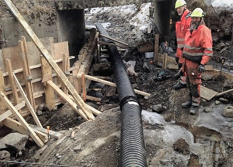 Reparerer: Det blir nye brukar på ei lita bru på Bjørgo, på vegen ned mot blant annet vannverket. På bildet sees Per Våtsveen t.v. og Roger Solstad.