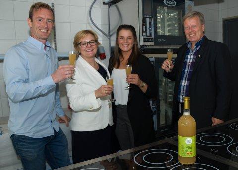 SKÅL: Det ble en skål i kortreist Horten Fruktdugnad-eplemost da Øystein Leth (f.v.), Rikke Lind, June Olsen og Børre Jacobsen feiret i det ikke helt ferdige kjøkkenet.