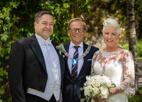 NYGIFT: Færder-ordfører Roar Jonstang sto for vielsen da Mette og Heine Wang giftet seg sist lørdag. Bryllupsreisen går ikke verden rundt, men til hytta på Tjøme.