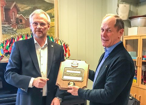 Stor ære: Trond A. Brandvold, president i Lions Club Nesodden (t.v.), overrekker Arne O. Jensen statuetten. Foto: Privat