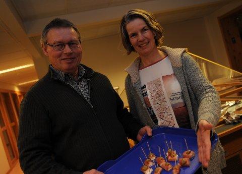 OSTEPRODUKSJON: Marianne Rønning og Vidar Nybu på Tørresvangen gård med egen feta-ost og egen geitost som ble servert under en presentasjonen i Kompetansesenteret på Tynset for noen år siden. Marianne Rønning var riktig svar i går.