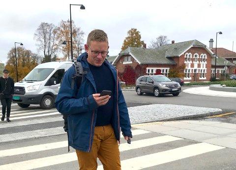 UTBREDT FENOMEN: NMBU-student Lars Knutsen er ikke alene. – På hver midtrabatt stopper jeg og ser jeg meg for før jeg går videre, bedyrer han.