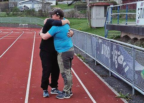 HELT FERDIG: Øystein Norstrøm og Edgar Skeie er her endelig ferdig med 100.000 skritt på drøye 17 timer.