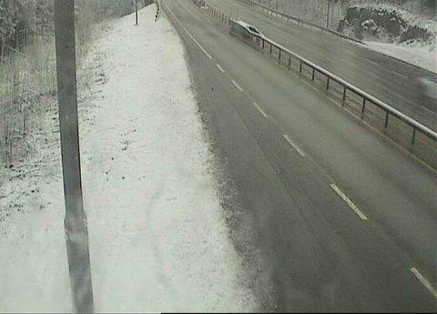 Det har kommet snø i vårt distrikt i løpet av natten. Slik ser det ut på Østerholtheia i morgentimene mandag. Nå advares det mot å legge ut på sommerdekk.