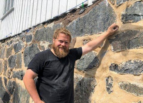 Murer Tore Granmo forteller at kalk egner seg godt ved restaurering av gamle hus.