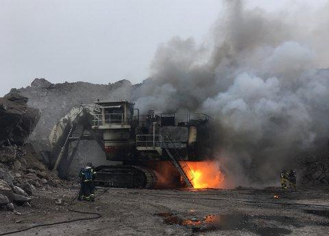 I FLAMMER: Et industrikjøretøy sto i brann på Titania og Flekkefjord brannvesen bistod Sokndal brannvesen med ekstra mannskap og tankbil med skum.