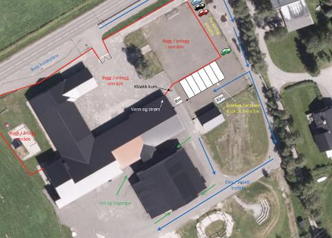 PÅ FOTBALLBANEN: Skissen for området som planlegges til skolebrakker viser at det er på fotballbanen at brakkene tenkes plassert. Den røde streken viser området som skal stenges av under rivingen/ utbyggingen/ ombyggingen