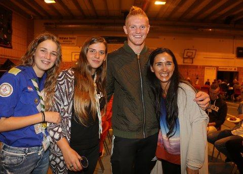 KJENDIS: Desse jentene frå Kroatia og Portugal, Luce, Dolores og Raquel, synest Adrian Fardal (17) frå Radøy likna så veldig på «Bjorn» i TV-serien The Vikings. Og Adrian stilte gjerne opp til fotografering saman med jentene.