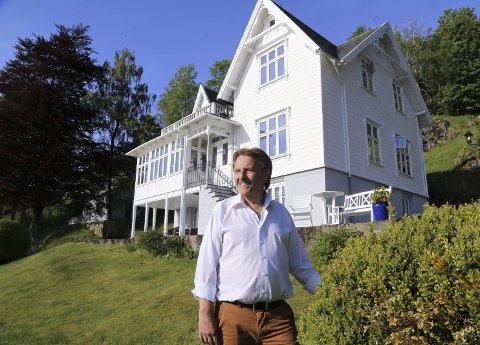 HAR SJEL: Då Helge Haugland overtok direktørbustaden for det tidlegare garveriet i Kvamsvågen, bestemte han seg for å fylla huset med kunst og musikk. Draumen har vorte realitet.