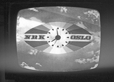 """Oslo 19630928 """"ROLLEBYTTE FOR ANNEN GANG"""" Parlamentarisk drama i Stortinget. Debatten varte i 30 timer. Statsministeren heter igjen Einar Gerhardsen, etter at koalisjonsregjeringen til John Lyng  ved Høyre, Kristelig Folkeparti, Venstre og Senterpartiet gikk av 25. september 1963. NRK fjernsyn tar opptak fra hele debatten og formidler den til det norske folk. TV-skjerm med NRK-logo. Foto: Aage Storløkken / Aktuell / NTB scanpix"""