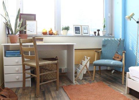 1 NÅ: Etter to timer på bruktmarked fikk vi laget dette rommet. Alle foto: Ida Kristin Dølmo 2 Personlig: Sett ditt personlige preg på hybelen med blomster og hjemmelagde bilder.  3 Lesekrok: Sørg for å få nok lys på rommet ditt.  4 Tenk flerbruksmøbler: Her blir seng og nattbord også brukt som sofa og stuebord.  5 Detaljer: Det skal ikke så mye til før hybelen får et skikkelig hjemmekoselig preg. Blomsterpottene kostet 1 krone per stykk.  6 Før: Slik så rommet ut før vi begynte moroa.