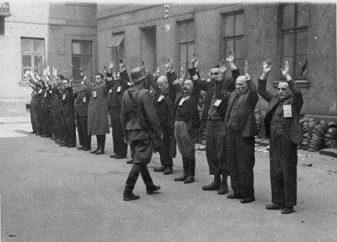 Tyske soldater arresterer jøder under oppstandelsen i Warszawa-ghettoen 1943