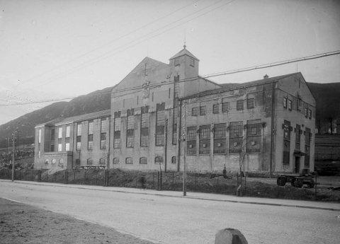 Solheim anno 1924. Då andre byggetrinn var ferdig, såg Transformatorhallen på Solheim slik ut: EIn katedral over vasskrafta som vart ført frå Samnanger. Diverre blei bygget vandalisert like etter krigen og er i dag ikkje til å kjenne att.