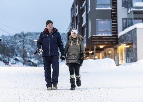 Knut Erik Schjøtt (41) og konen Siw (40) var lei av det travle livet i Bergen. For fem år siden leide de ut huset sitt i Sædalen og flyttet til Geilo. – Her har vi funnet roen, sier de to. Foto: Mads Trellevik