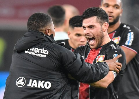 Leverkusen og Kevin Volland feirer sammen med Leon Bailey etter at de overraskende slo Bayern Munchen 3-1 i forrige serierunde. (AP Photo/Martin Meissner)