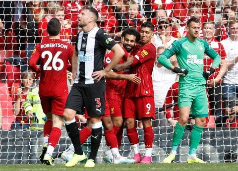 Mohamed Salah (midten) feirer Liverpools tredje scoring mot Newcastle.