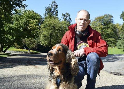 Ulrik (6), her med sitt menneske Fredrik Kavli (44), var ensom i Nygårdsparken lørdag.