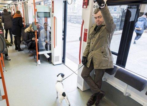 Henning Warloe og hans hund Banksy.