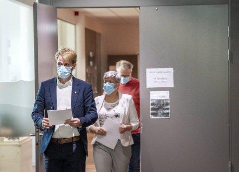 Bergen kommune må bestemme seg snart for hva de vil gjøre med de lokale tiltakene. Byrådsleder Roger Valhammer, helsebyråd Beate Husa og medisinsk fagsjef, Trond Egil Hansen holder kortene tett til brystet.