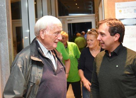 Partiveteranen Johan Buttedahl ble tatt imot av Kim Mogen Myhre. Buttedal var stortingsrepresentant fra Buskerud i to perioder fra 1981 til 1989 og var leder for partiets stortingsgruppe 1983-1989. Han var også nestformann i Senterpartiet fra 1983 til 1987.