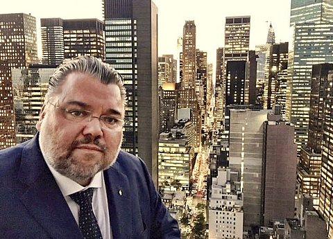 HØYT OPPE: Fra 32. etasje i leiligheten til den norske FN-ambassadøren                    er man høyt hevet over mektige Manhattan i New York. Her er stortingsrepresentant Morten Wold fra Vikersund avbildet på en mottakelse hos ambassadøren forrige onsdag.