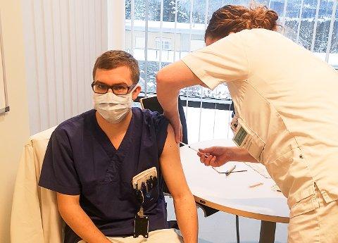 FØRSTEMANN: Sykehjemslege på Modumheimen, Eivind Kummen Frøhaug, som ble førstemann ut av helsepersonell i Modum som får koronavaksine. Vaksinen ble satt av Wenche Helen Skretteberg.