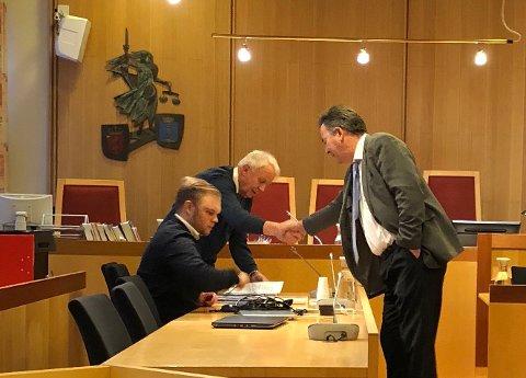 SISTE EUNDE I RINGEN: Advokat Svein Duesund (t.h.) hilser på aktor Hans Lyder Haare før lagmannsretten går i gang med forhandlingene. Ved aktors side hans bisitter fra politiet.