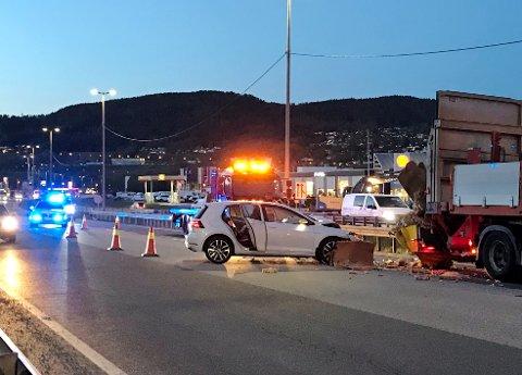 Føreren er kjørt til sykehuset for kontroll. Ifølge politiet skal han ikke være alvorlig skadet.