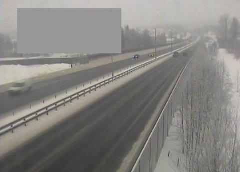 SLAPS: Trafikkoperatør Stian Molteberg i Vegtrafikksentralen opplyser at det er en del slaps på E18 i distriktet, men at forholdene stort sett er greie onsdag ettermiddag. Her fra E18 ved Lierskogen retning Drammen.