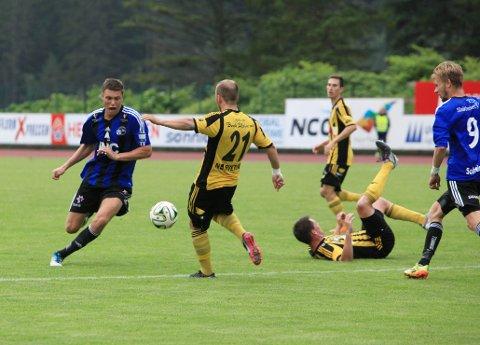 """GIR SEG: Han var Florø Fotball sin viktigaste spelar då dei klarte å rykke opp i Obosligaen i 2016. No legger Erlend """"Beistet"""" Hove opp. Arkiv"""