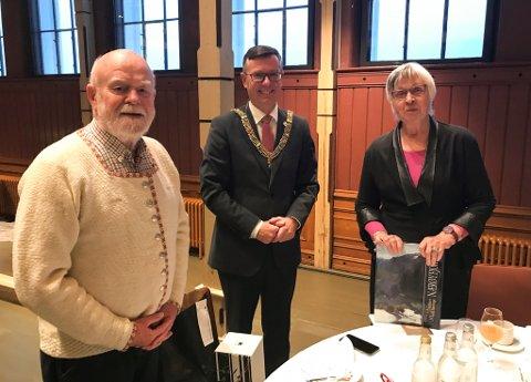 GÅVMILDE: Helge Henriksen og Signe Hanson gir 300 dekar av Vingen-feltet til Universitetet i Bergen, her saman med UiB-rektor Dag Rune Olsen (i midten).
