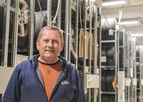 SESONG: No er det sesong for dekkskifte, og dagleg leiar Ståle Kjell Kvammen i Førde Vulk oppmodar folk til å vere tidleg ute å bestille time.