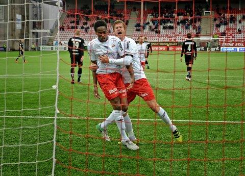 MÅL: Akinsola Akinyemi og Ulrik Flo feirer 1-0-scoringen, Flo var mannen som satte 2-0.